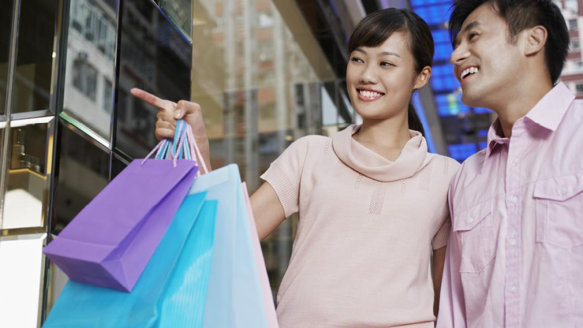 Čínský pár na nákupech