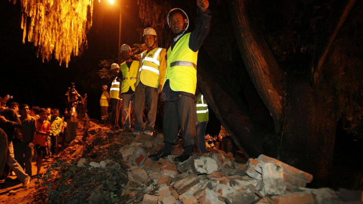 Nepálští záchranáři odstraňují následky zemětřesení