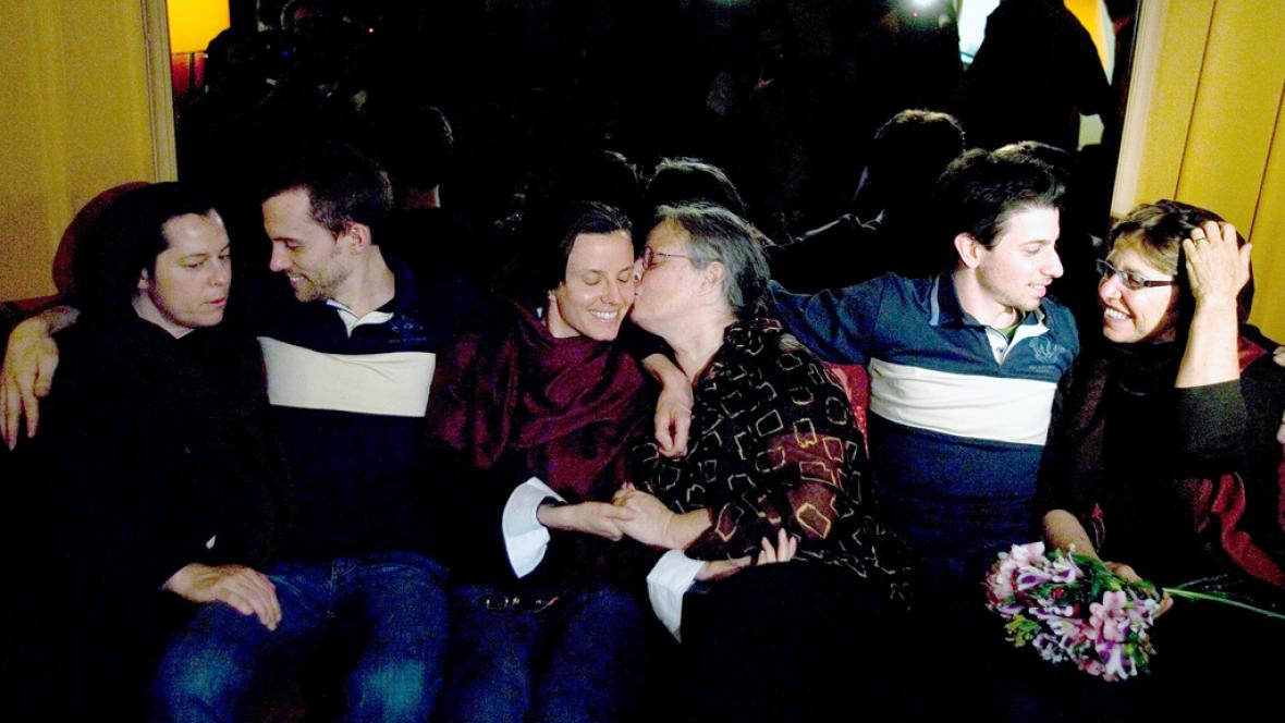Shane Bauer, Josh Fattal a Sarah Shourdová se svými matkami