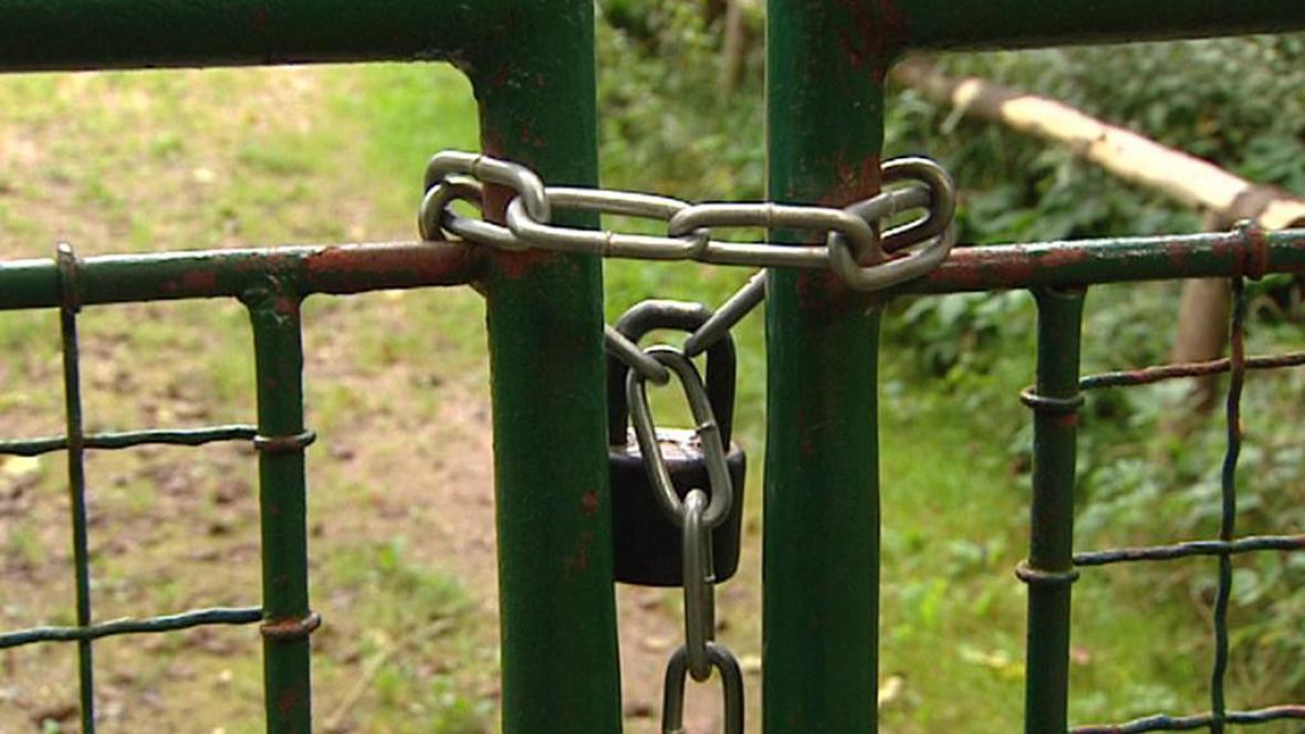 Zamčená brána u areálu zámku v Dolní Olešnici