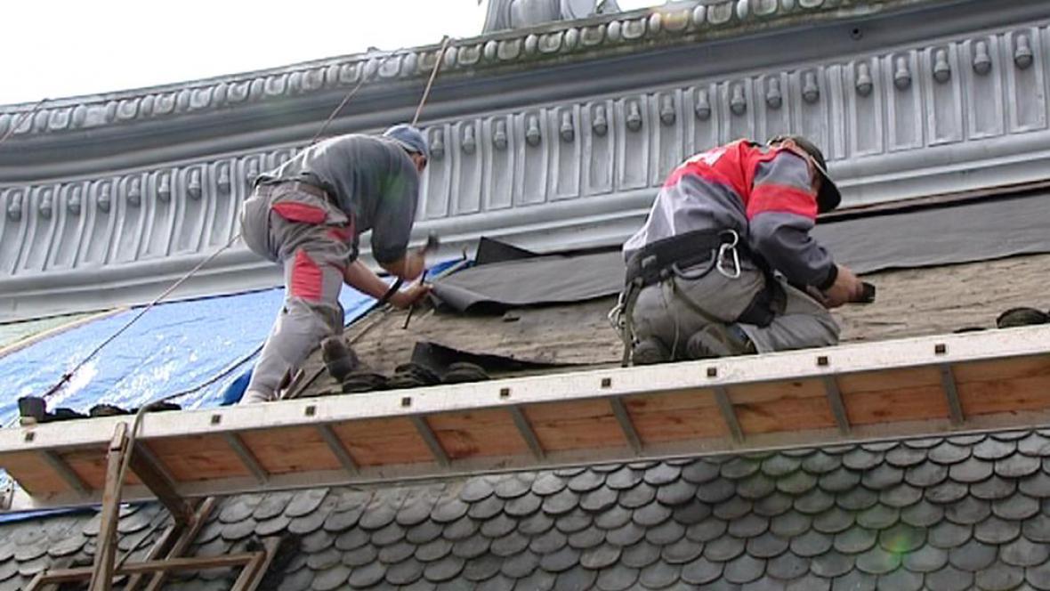 Pokrývači na střeše Císařských lázní