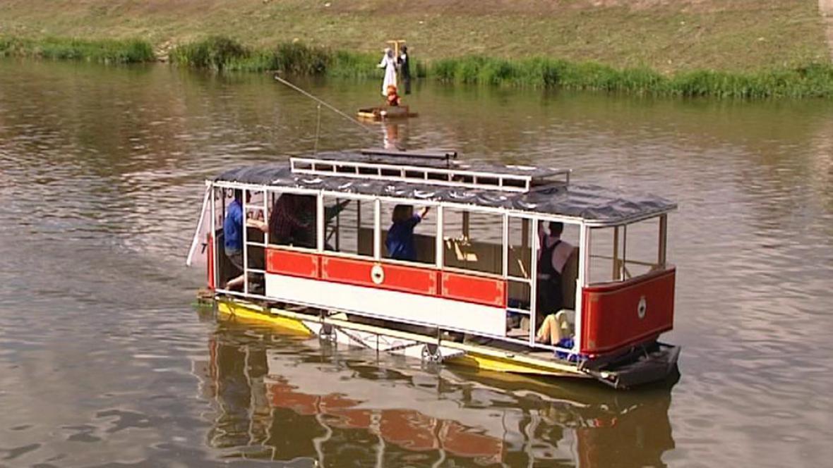 Plovoucí tramvaj při závodě recesistů