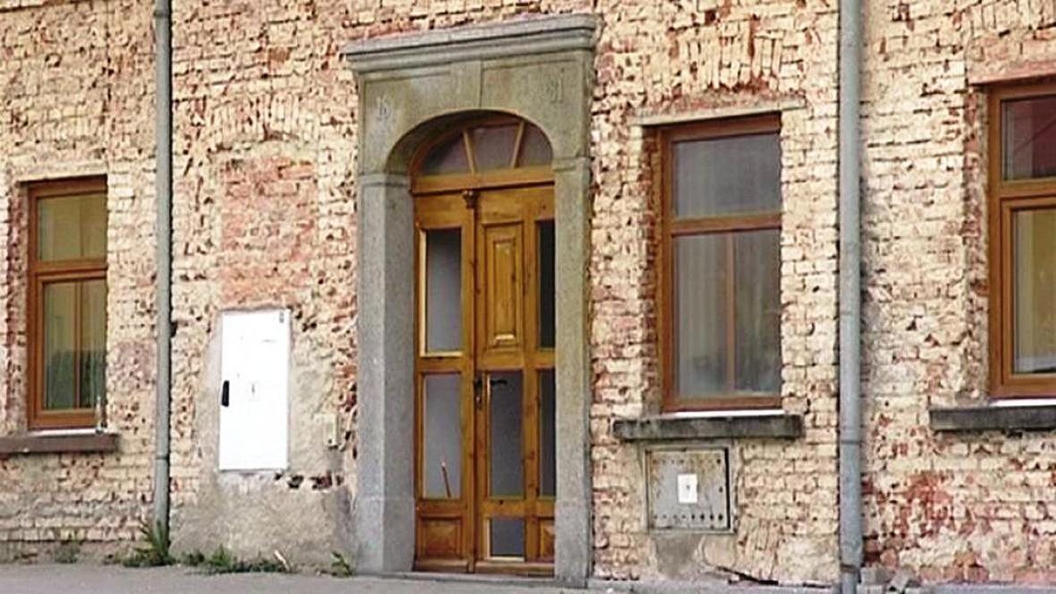Rozbité dveře po rvačce