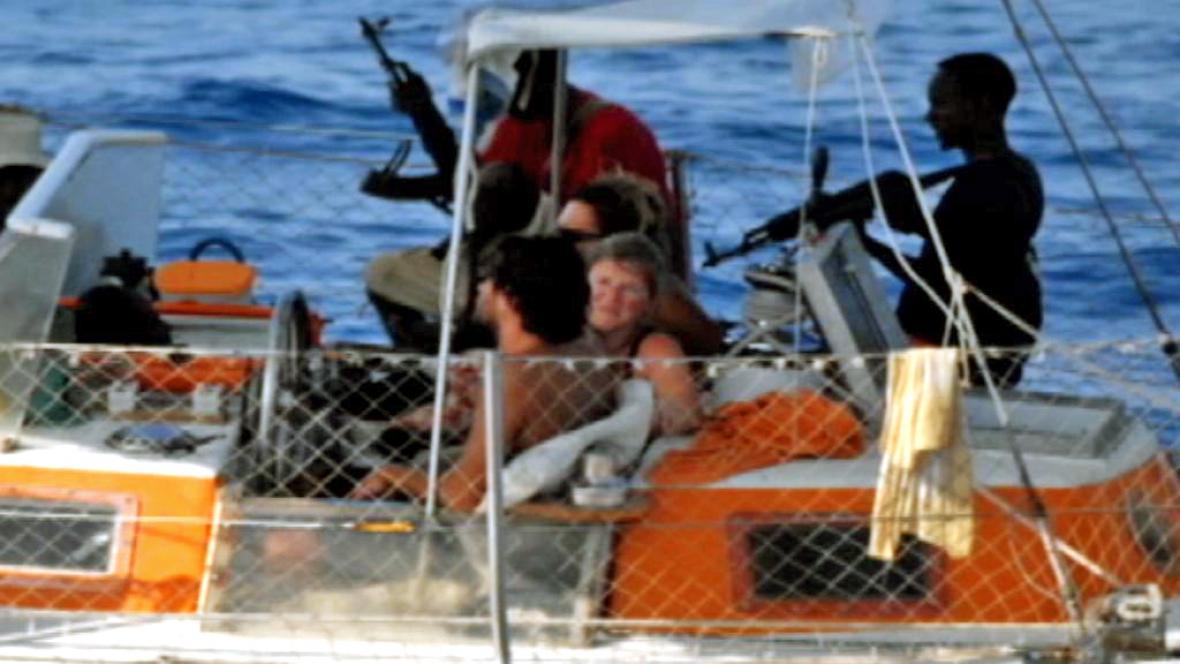 Somálští piráti a jejich rukojmí