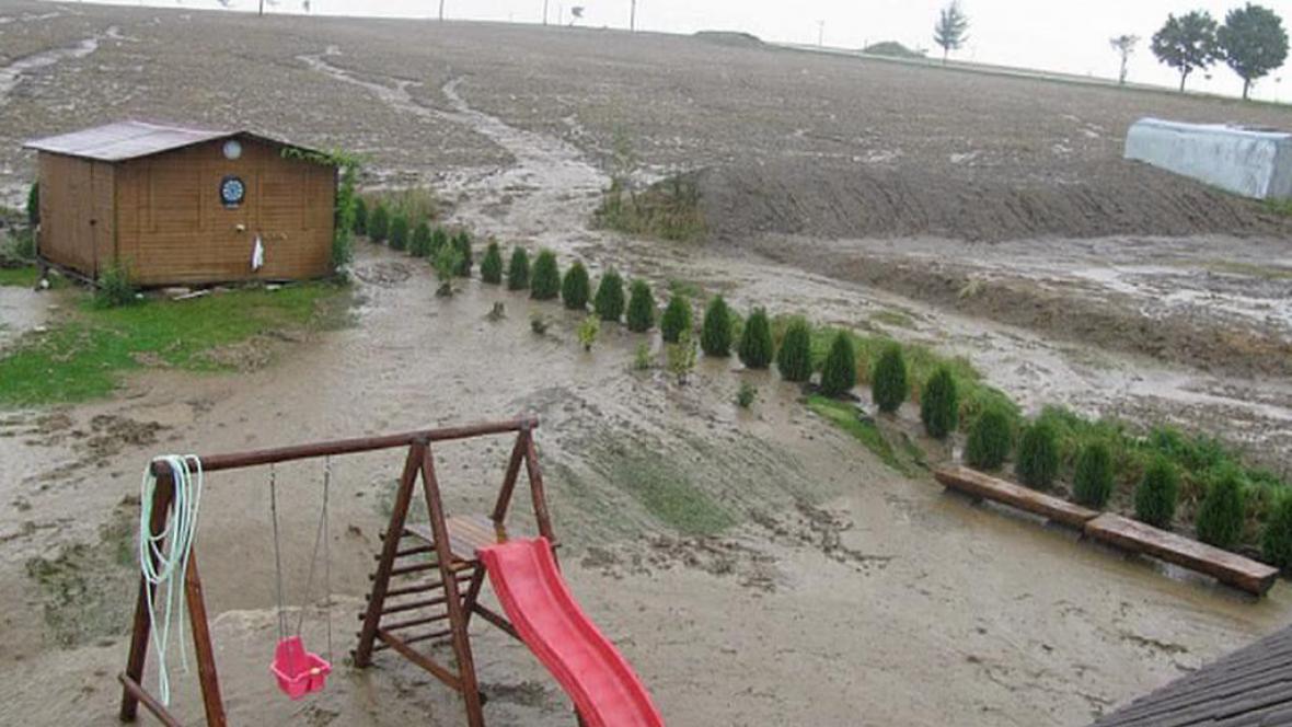 Voda z polí obyvatelům zaplavila zahrady