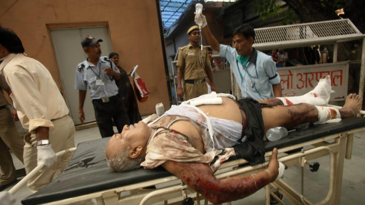 Zdravotnící odnášejí zraněné po výbuchu u soudu v Dillí