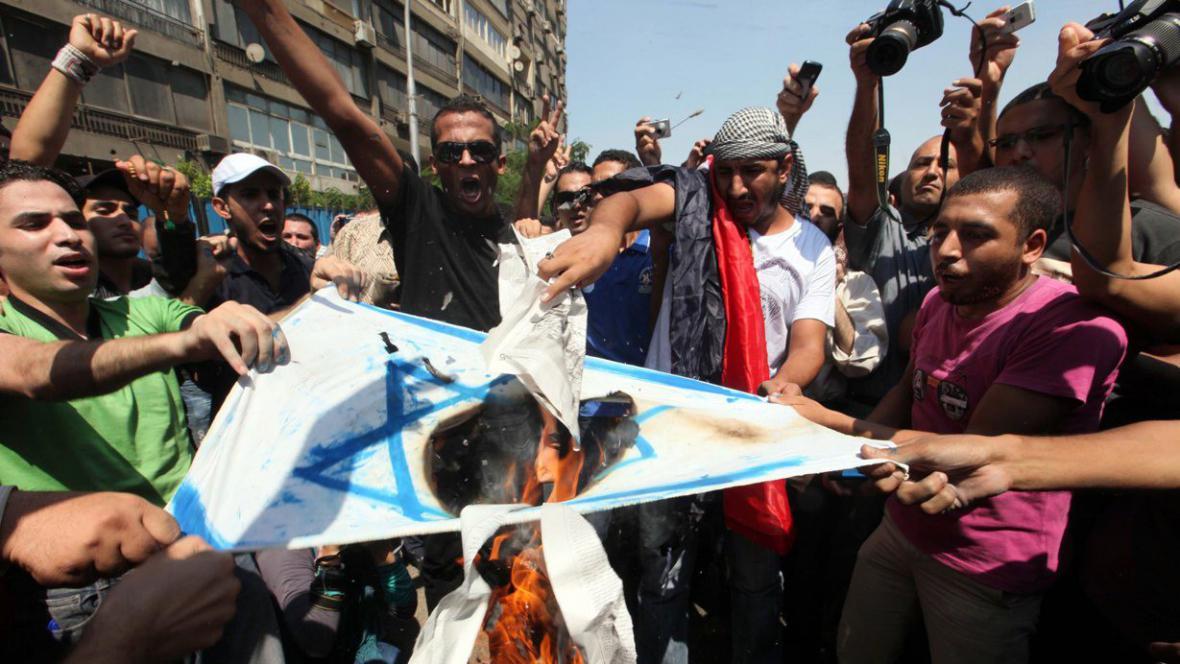 Egypťané pálí izraelskou vlajku