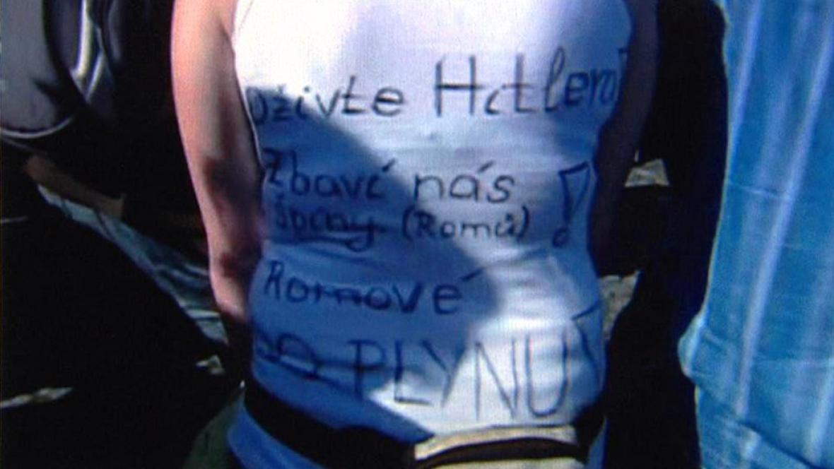 Tričko s neonacistickou tematikou