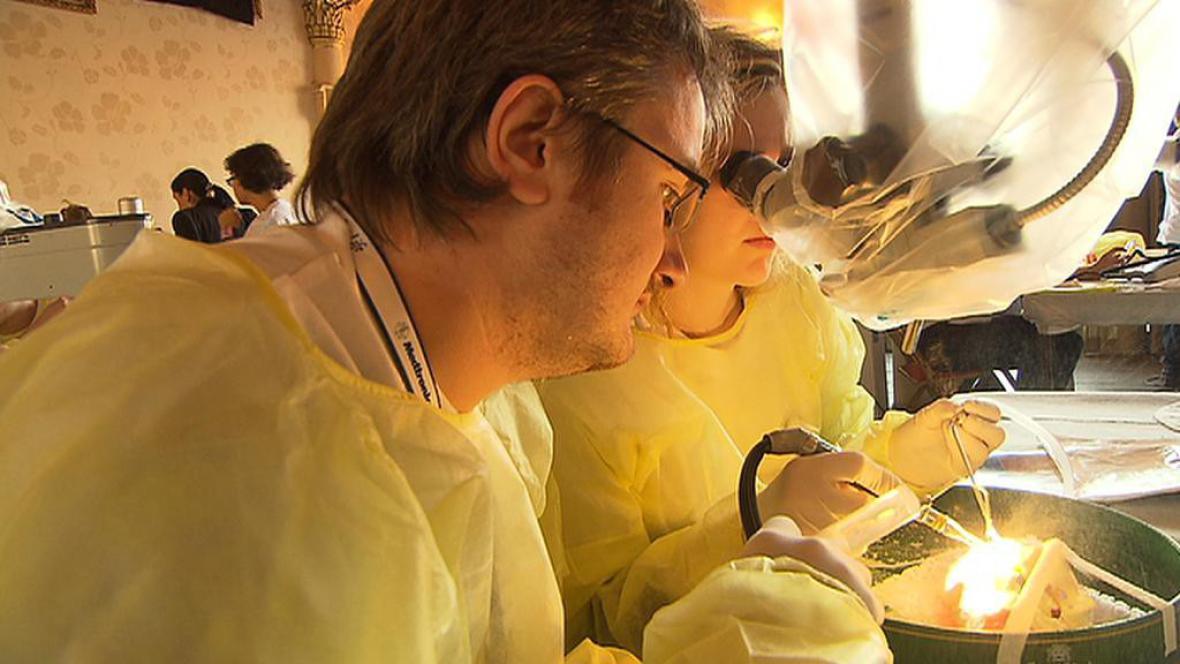 Lékaři se učí speciální technice operace mozku