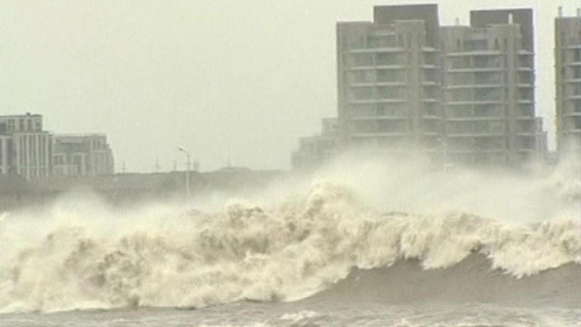 Tajfun přinesl do číny obrovské přílivové vlny