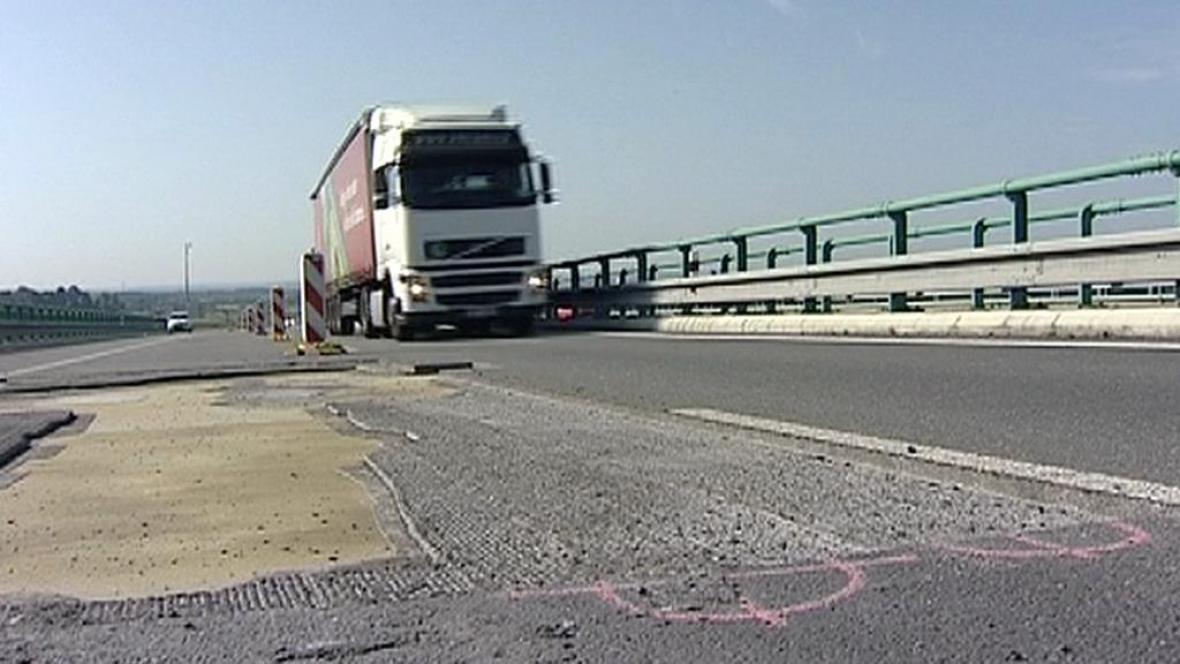 Poškození vozovky na dálnici D3