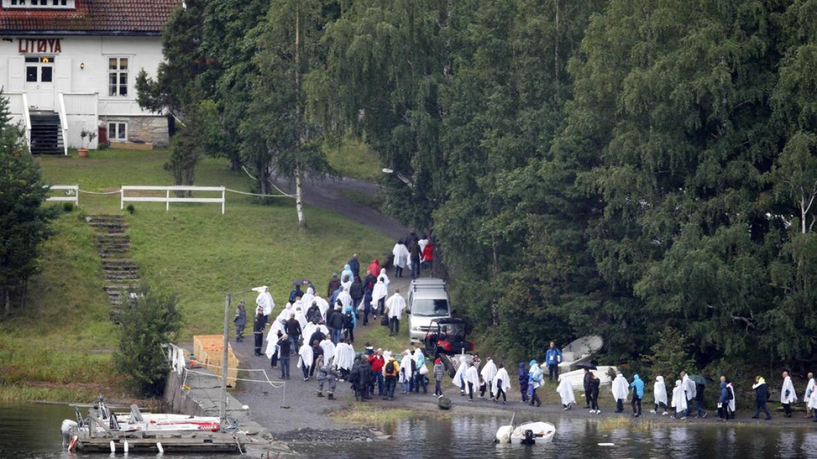 Příbuzní obětí přijeli na ostrov Utöya