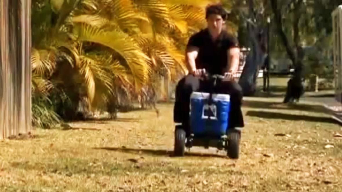 Christopher Petrie ve vozítku z chladicího boxu