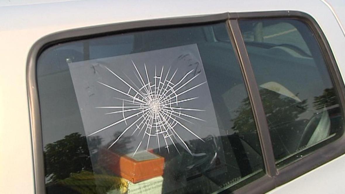 Samolepka imitující rozbité sklo