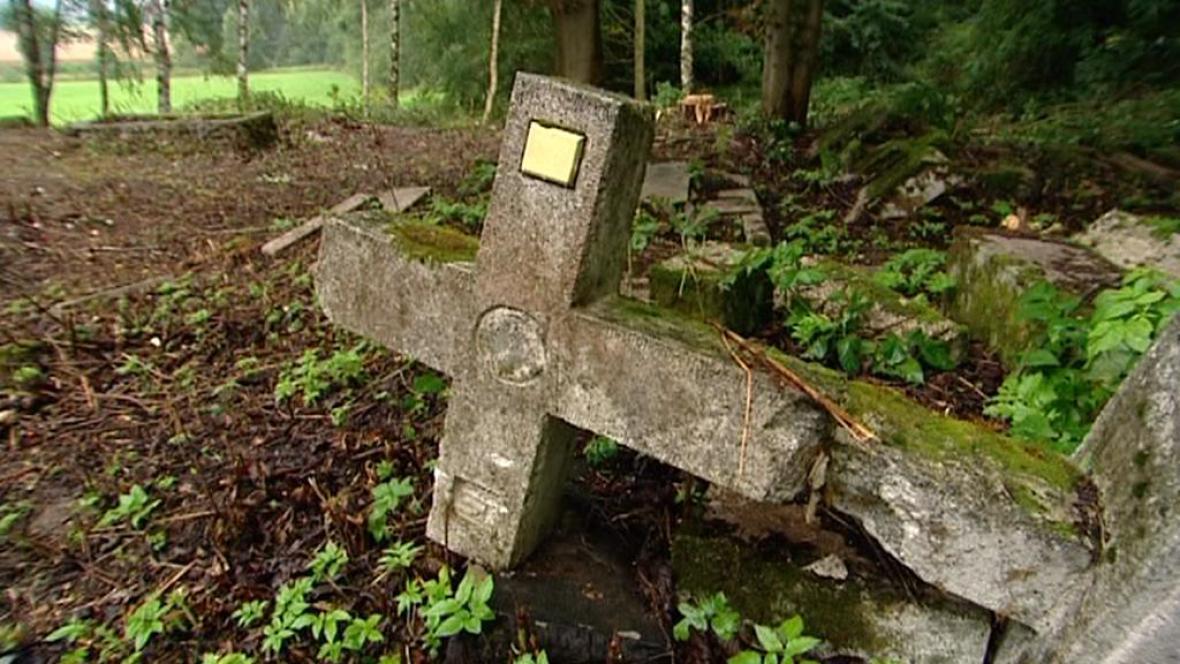 Rozpadlý hřbitov