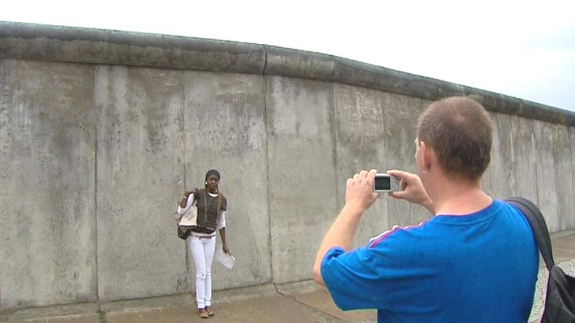 Turisté u zbytků Berlínské zdi