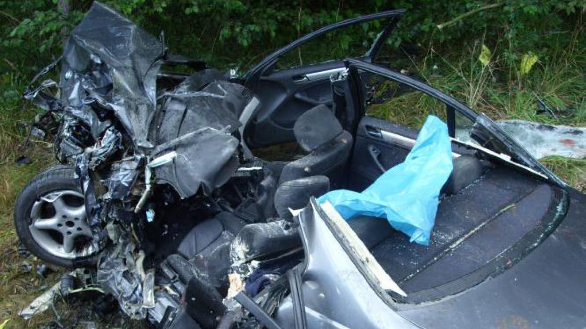 BMW po srážce se sanitkou