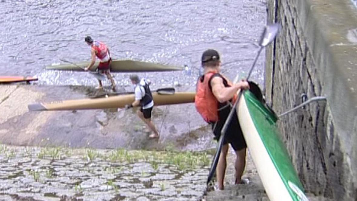 Účastníci vodáckého maratonu