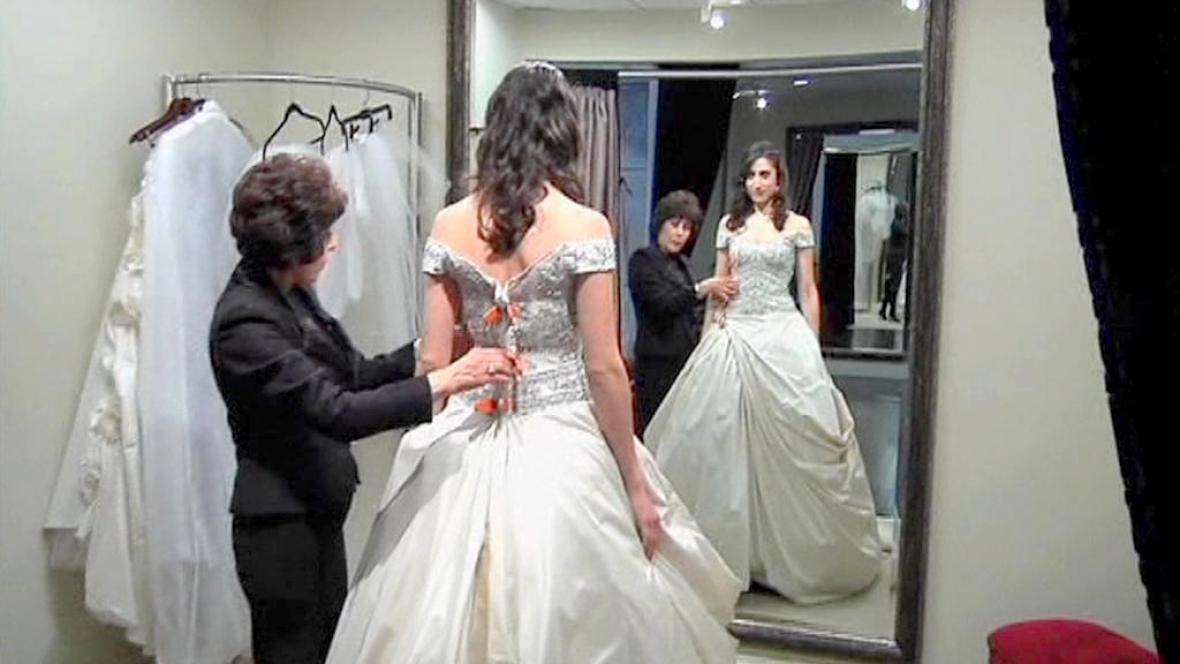 Zkoušení svatebních šatů