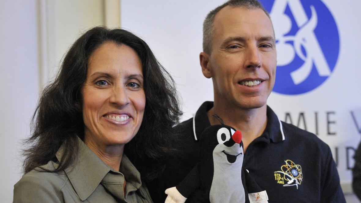 Americký astronaut Andrew Feustel s manželkou