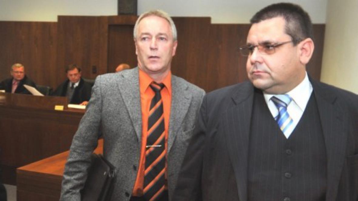 Zdeněk Kořistka (vlevo) s advokátem u soudu