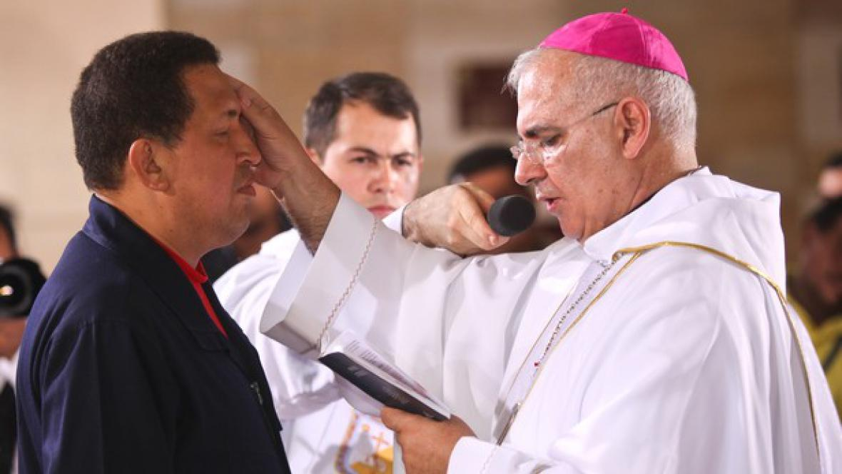 Hugo Chávez přijímá požehnání