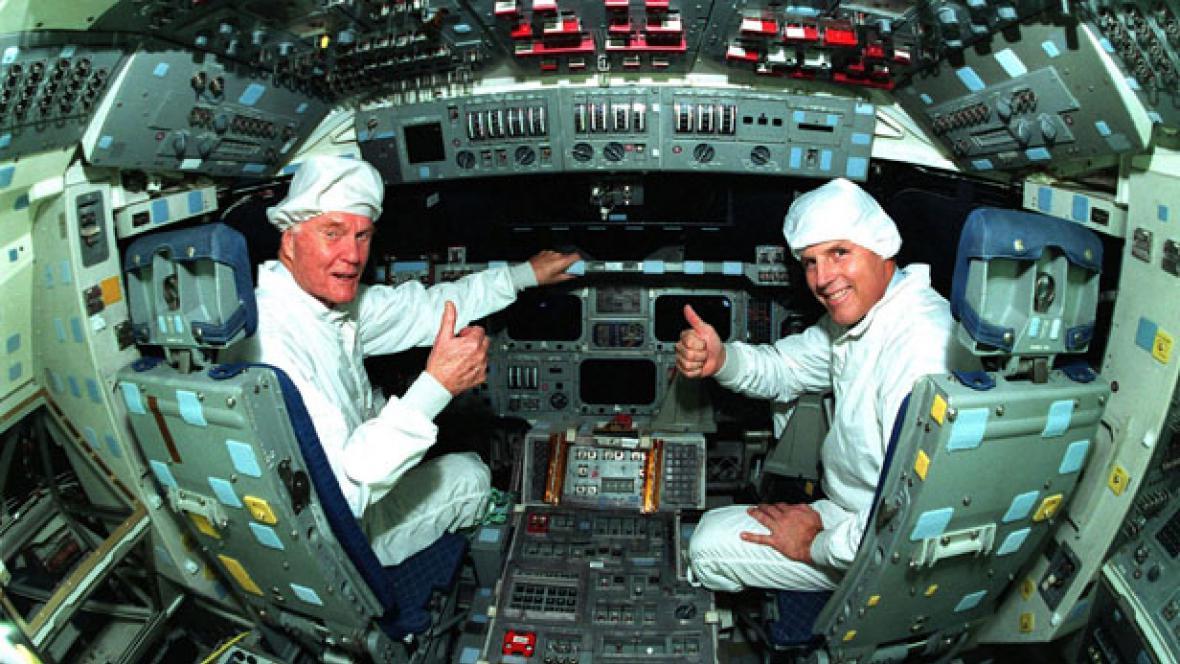 John Glenn (vlevo) a Stephen Oswald