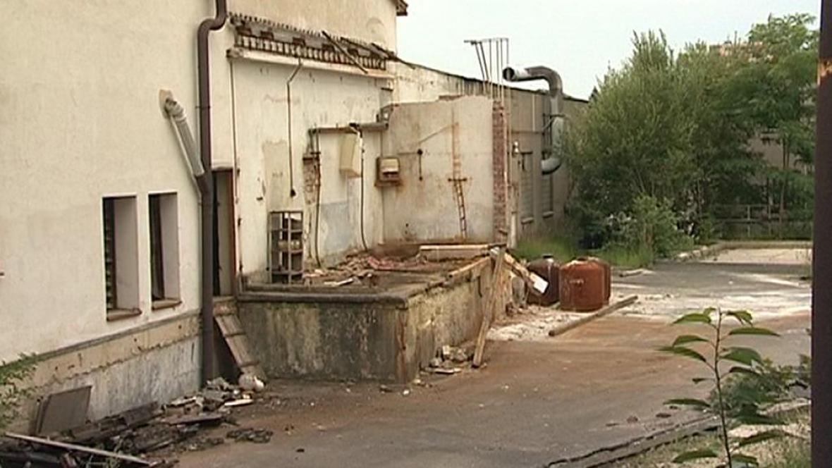 Areál bývalé sklárny v Dobroníně