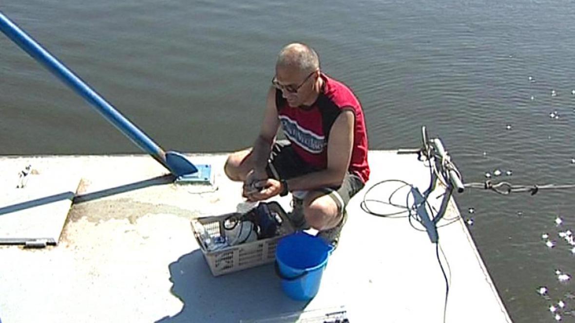 Hygienik odebírá vzorky vody