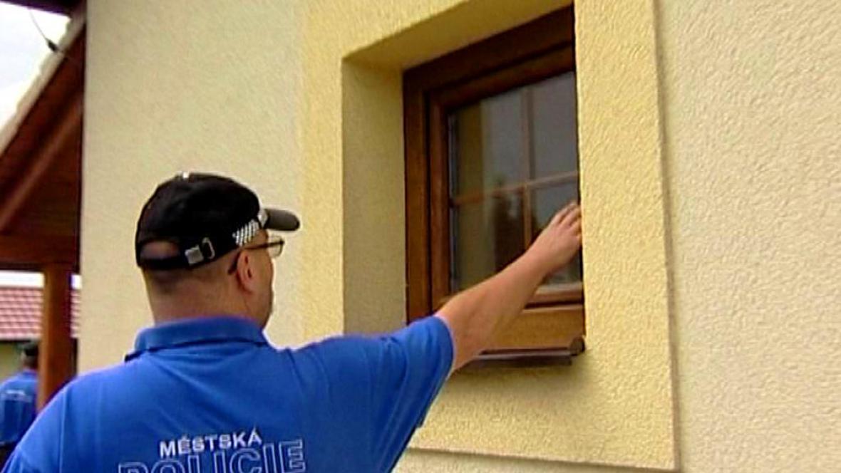 Strážník kontroluje okna