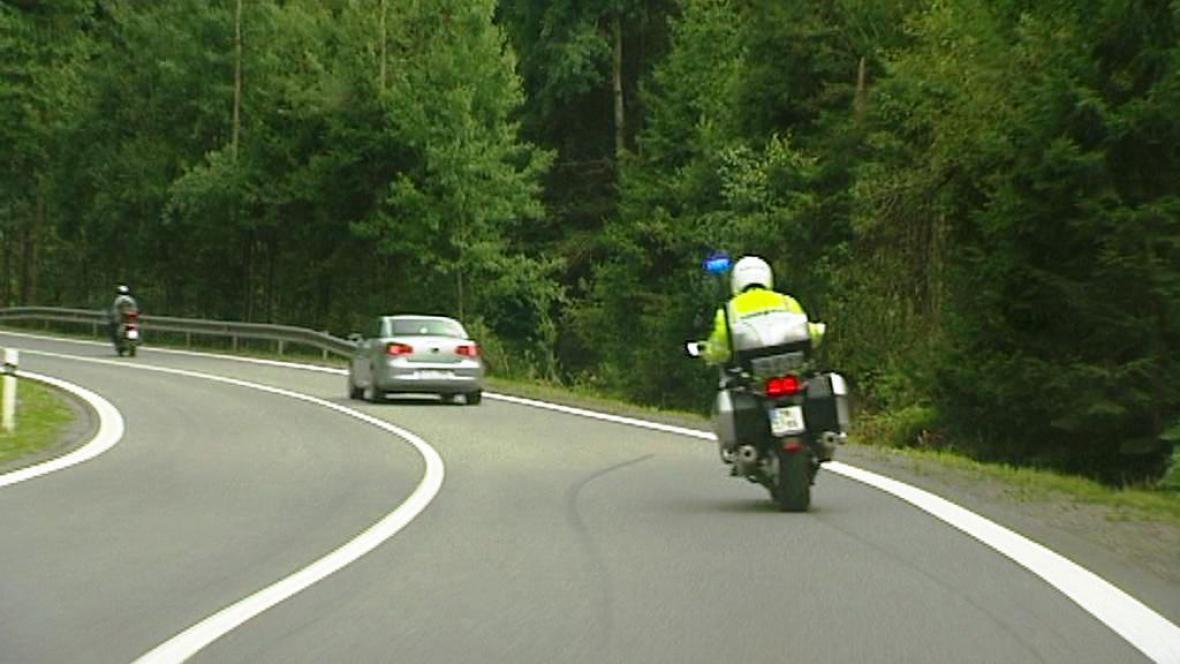 Policie sleduje agresivního řidiče