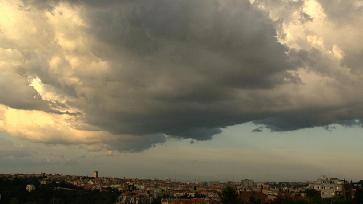 Bouřkový mrak nad Prahou