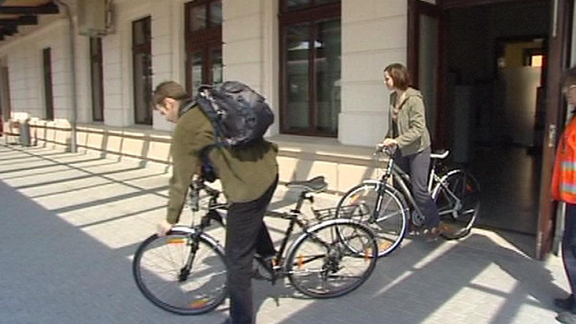 Turisté půjčující si kola