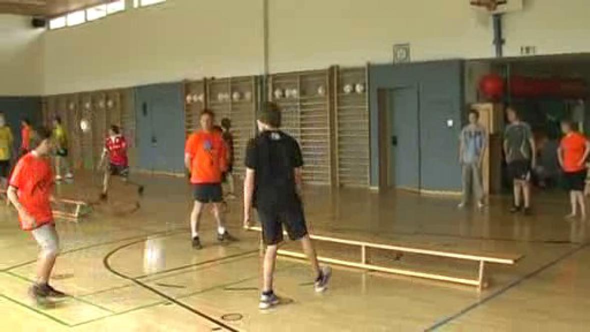 Žáci při sportovní hře