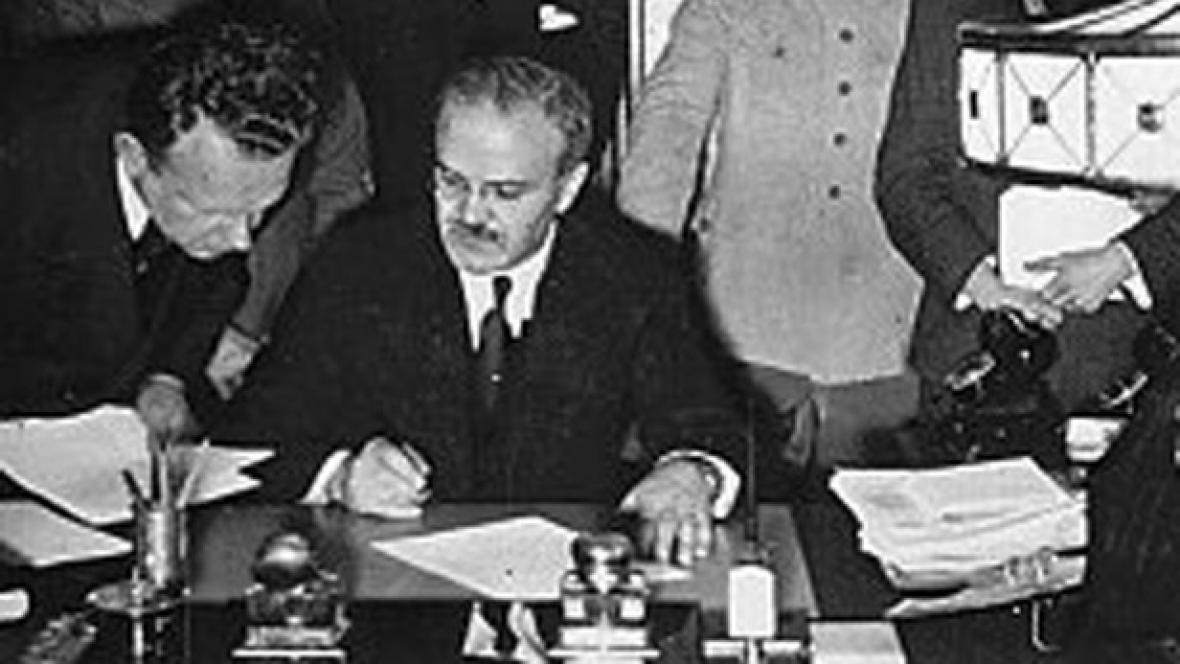 Molotov, za ním Ribbentrop a Stalin