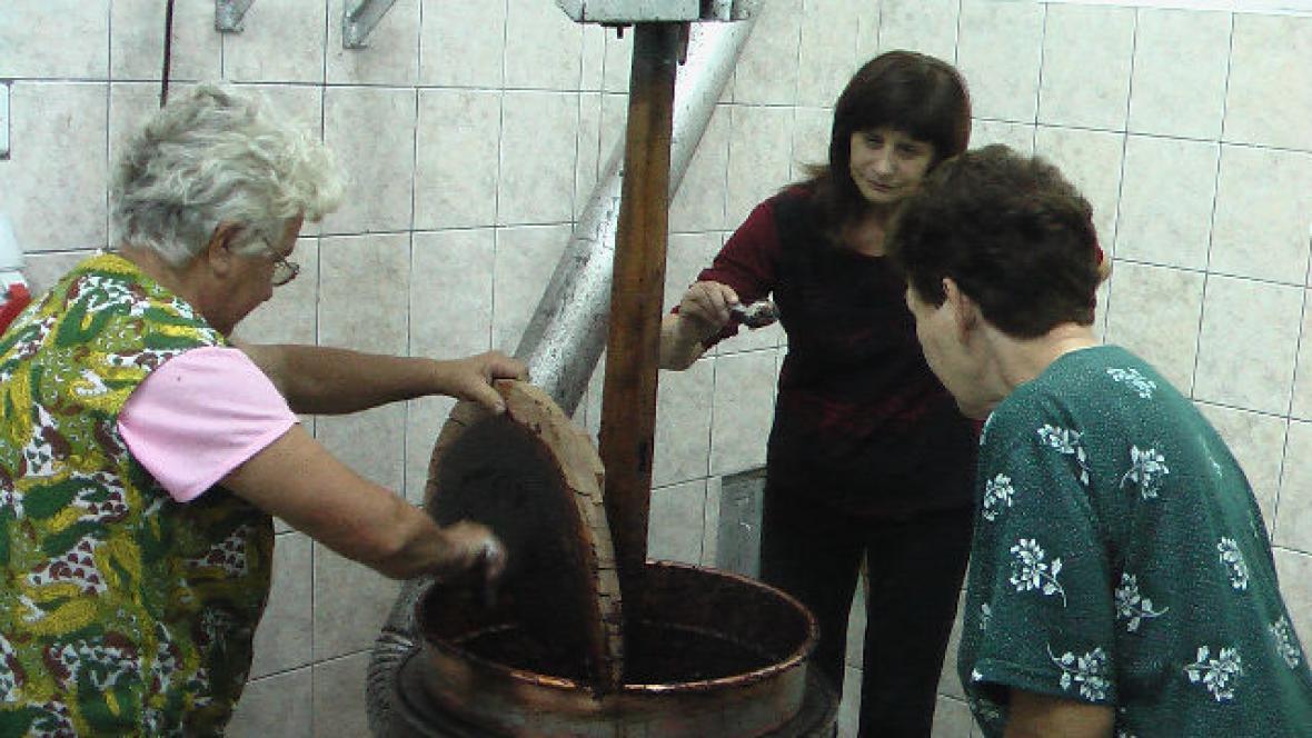 Louka -  vaření trnek-povidel