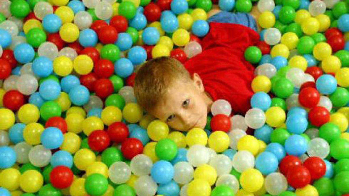 Dítě a míčky