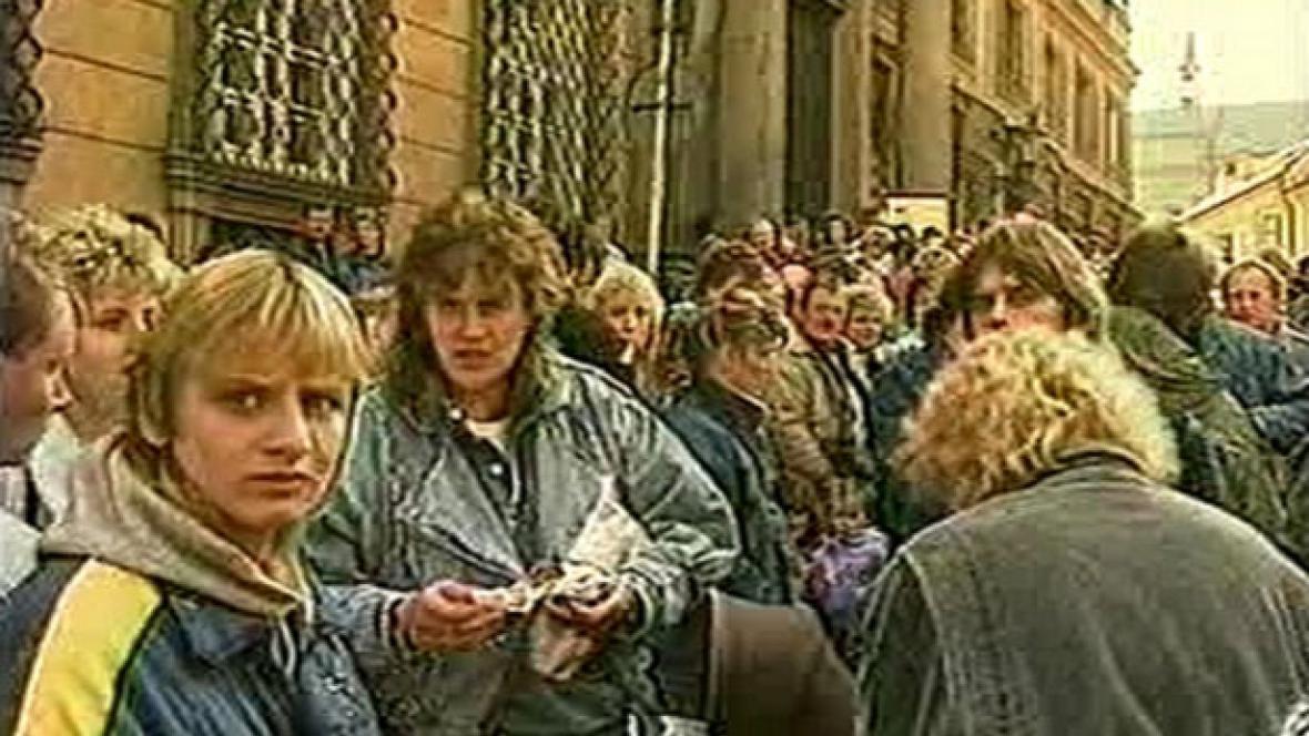 Němci čekající před pražskou ambasádou SRN