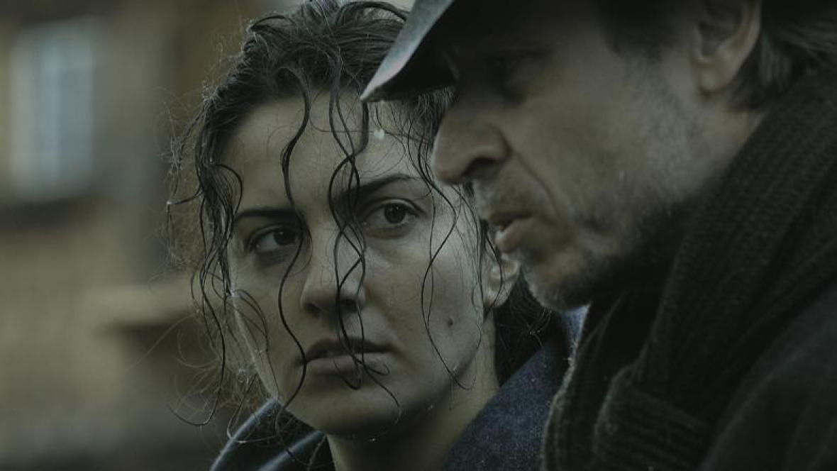 Karel Roden a Lucia Siposová ve filmu Hlídač č. 47