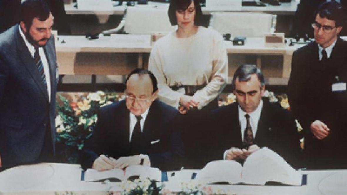 Hans-Dietrich Genscher podepisuje maastrichtskou smlouvu