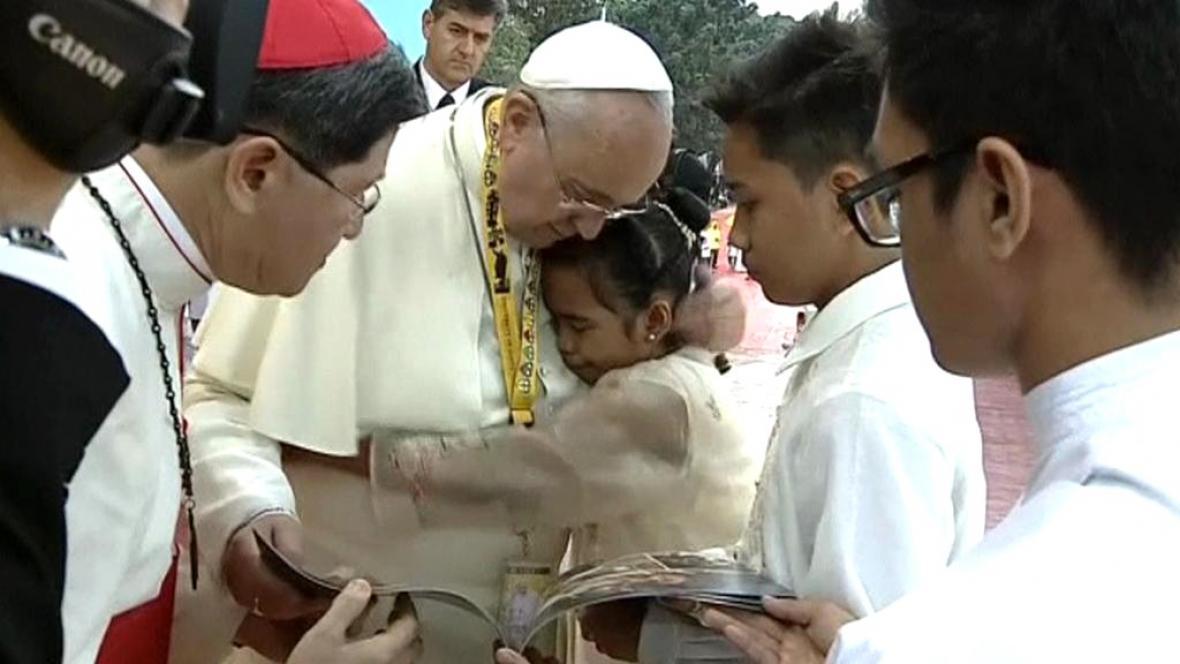 Papež s mladou Filipínkou