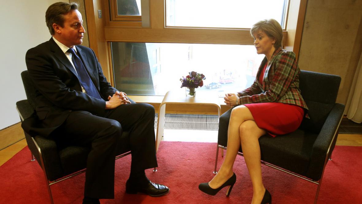 Premiér Cameron se šéfkou SNP Sturgeonovou