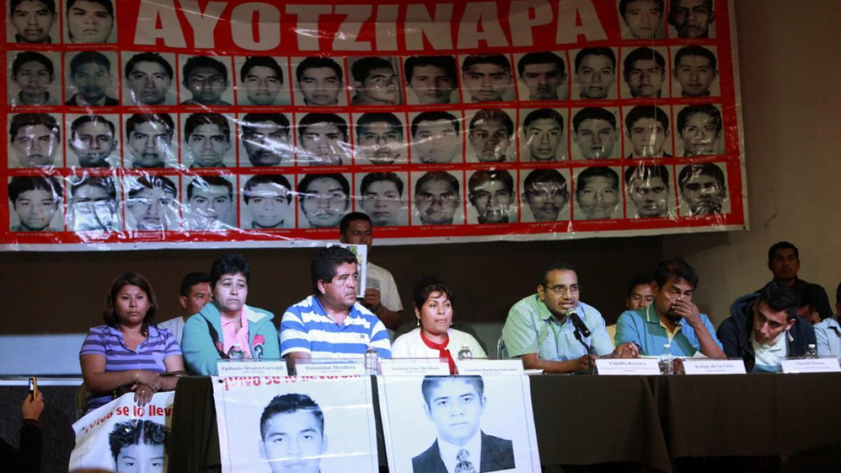 Rodiče zmizelých studentů na tiskové konferenci k vyšetřování
