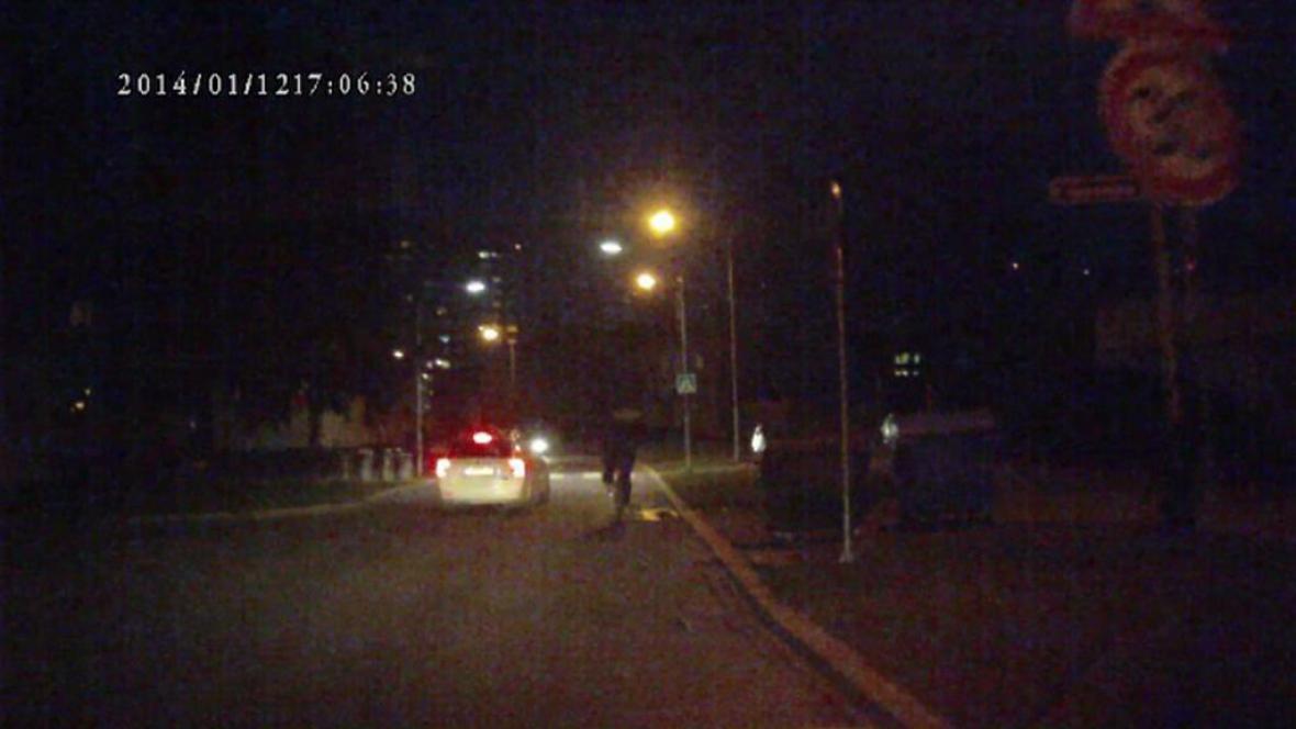 Záběr předjíždějícího policejního vozu v Přerově