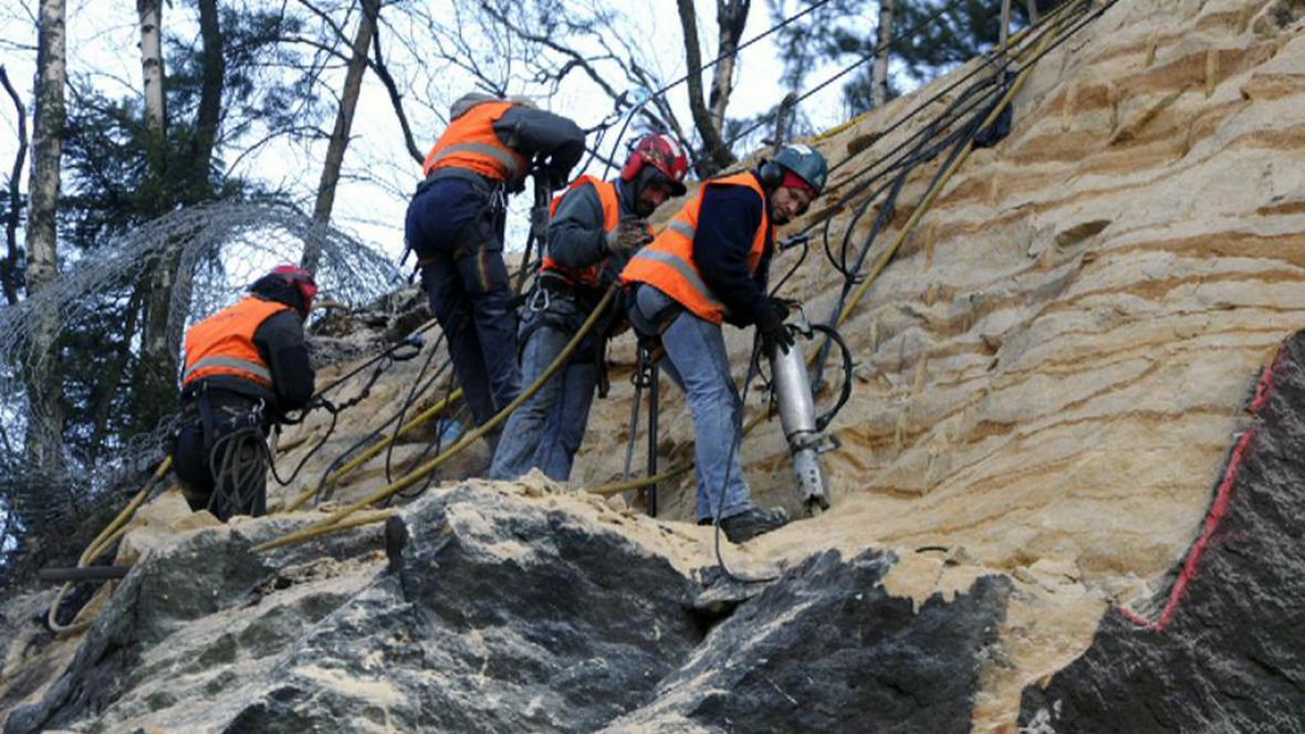 Dělnící staví bariéry v Hřensku