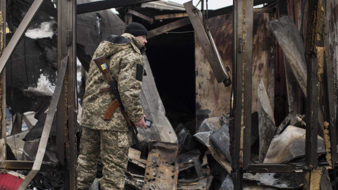 Voják prohledává sutiny v Mariupolu