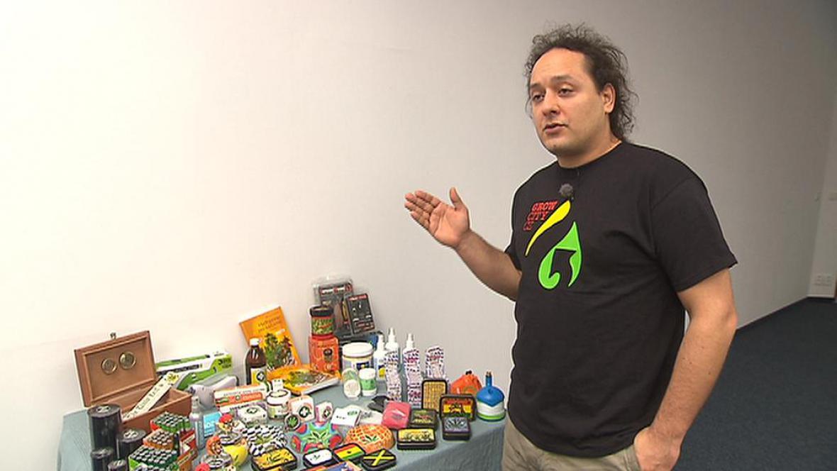 Michal Otipka ukazuje zboží, které mu policie vrátila