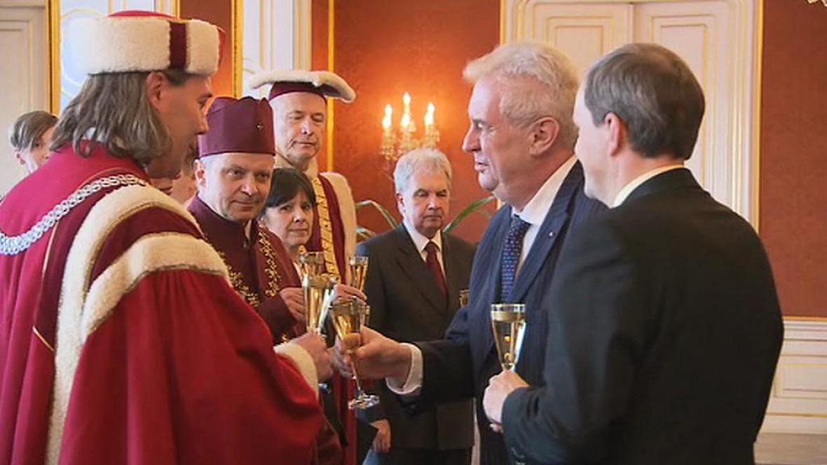 Miloš Zeman gratuluje nově jmenovaným rektorům