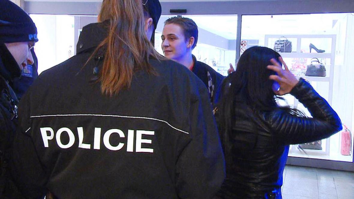 Policisté při kontrole severských studentů