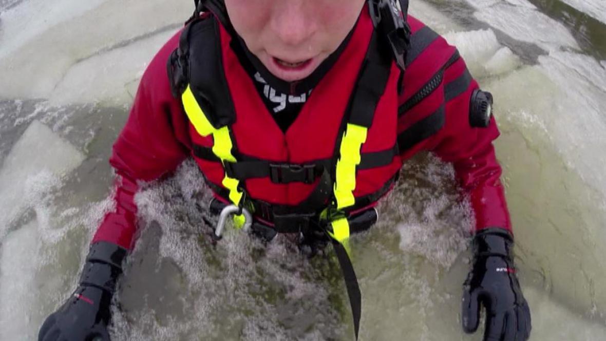 Nácvik na ledu - záchranář se právě probořil do ledové vody